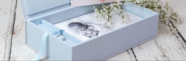 handgefertigte fotoschachtel mit fotos auf fotokarton und passendem usb stick